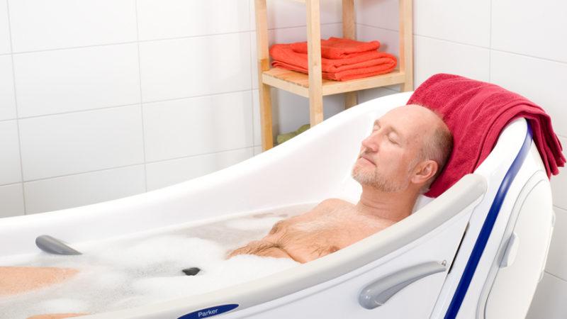 Пожилой мужчина принимает ванну