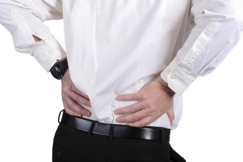 При остром орхите боль может отдавать в область поясницы