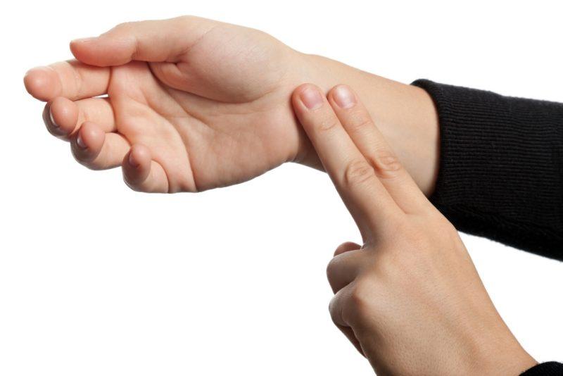 Измерение пульса стоит производить на обеих руках